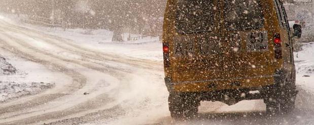 Из-за гололеда городские маршрутки в Омске дрейфуют на дороге