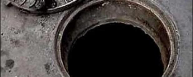 Житель Омска, который упал с ребенком в открытый люк, смог отсудить деньги у коммунальщиков