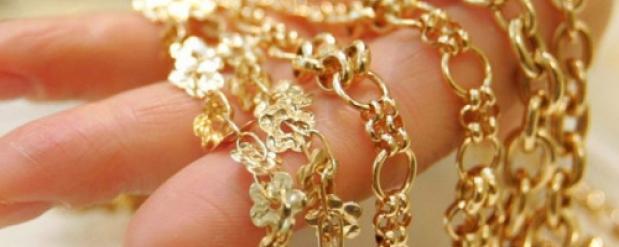 В Омске работница лобмарда украла золотые цепи и заложила их в другой ломбард