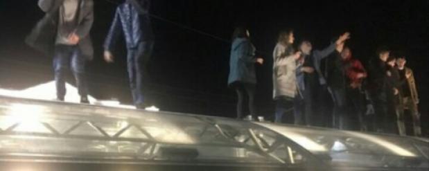 Омичи осуждают молодежь, которая устроила танцы на крыше подземного перехода